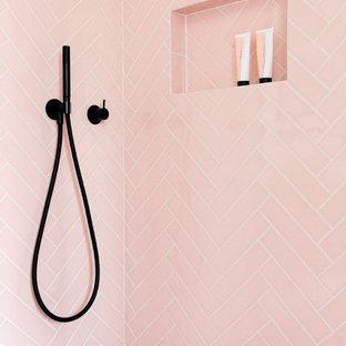 Inspiration för ett funkis beige beige en-suite badrum, med beige skåp, en dusch i en alkov, rosa kakel, keramikplattor, vita väggar, cementgolv, ett avlångt handfat, träbänkskiva, grått golv och dusch med gångjärnsdörr