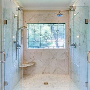 Idéer för att renovera ett mellanstort vintage en-suite badrum, med luckor med infälld panel, vita skåp, en dusch i en alkov, vit kakel, porslinskakel, grå väggar, klinkergolv i porslin, ett undermonterad handfat och bänkskiva i kvartsit