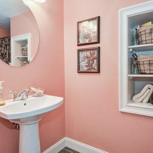 На фото: ванные комнаты в классическом стиле с угловым душем, розовыми стенами и раковиной с пьедесталом