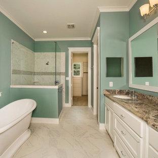 Foto di una stanza da bagno padronale stile americano di medie dimensioni con ante lisce, ante bianche, vasca freestanding, doccia ad angolo, WC a due pezzi, piastrelle grigie, piastrelle in gres porcellanato, pareti verdi, pavimento in gres porcellanato, lavabo sottopiano e top in granito