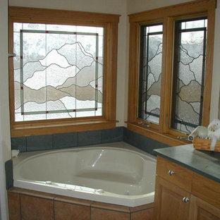 Idée de décoration pour une salle de bain principale craftsman de taille moyenne avec un lavabo encastré, un placard avec porte à panneau surélevé, des portes de placard en bois clair, une baignoire encastrée, une douche d'angle et un mur beige.