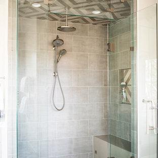 Bild på ett mellanstort funkis vit vitt en-suite badrum, med vita skåp, ett fristående badkar, en kantlös dusch, en toalettstol med separat cisternkåpa, beige kakel, keramikplattor, beige väggar, klinkergolv i keramik, ett undermonterad handfat, flerfärgat golv, dusch med gångjärnsdörr, skåp i shakerstil och bänkskiva i kalksten