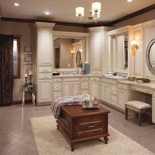 Diseño de cuarto de baño principal, tradicional, de tamaño medio, con armarios con paneles con relieve, puertas de armario blancas, paredes beige, suelo de cemento, lavabo bajoencimera, encimera de granito y suelo gris