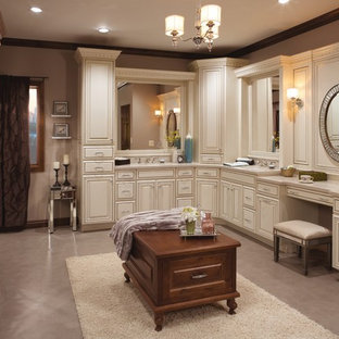 Cette photo montre une grand salle de bain principale chic avec un placard avec porte à panneau surélevé, des portes de placard blanches, un sol en vinyl, un lavabo encastré, un plan de toilette en quartz, un sol violet, un mur beige et un plan de toilette gris.