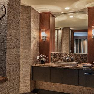 Modelo de cuarto de baño principal, contemporáneo, grande, con armarios con paneles lisos, puertas de armario de madera en tonos medios, encimera de ónix, encimeras marrones, ducha empotrada, paredes beige, lavabo encastrado y ducha con puerta con bisagras
