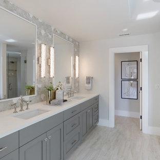 Foto på ett mellanstort funkis vit en-suite badrum, med luckor med infälld panel, grå skåp, ett undermonterat badkar, grå väggar, klinkergolv i porslin, ett undermonterad handfat, bänkskiva i kvartsit och vitt golv