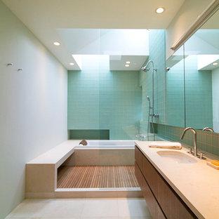 Ispirazione per una grande stanza da bagno padronale contemporanea con lavabo sottopiano, doccia aperta, doccia aperta, ante lisce, ante in legno bruno, piastrelle blu, piastrelle di vetro, pareti grigie, pavimento in gres porcellanato e pavimento beige