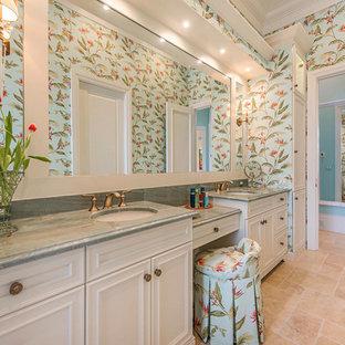 Foto di una grande stanza da bagno padronale chic con ante con riquadro incassato, ante bianche, pareti multicolore, pavimento in travertino, lavabo sottopiano, top in marmo e top grigio