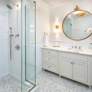 Свежая идея для дизайна: главная ванная комната в средиземноморском стиле с фасадами с декоративным кантом, белыми фасадами, угловым душем, унитазом-моноблоком, белой плиткой, цементной плиткой, белыми стенами, мраморным полом, врезной раковиной, мраморной столешницей, белым полом, душем с распашными дверями, желтой столешницей, тумбой под одну раковину, встроенной тумбой и панелями на стенах - отличное фото интерьера