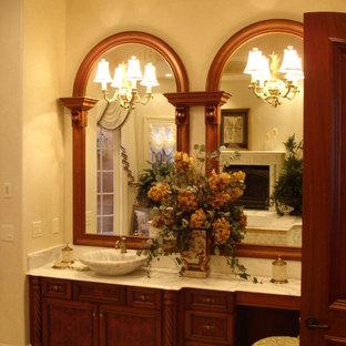 Inredning av ett medelhavsstil stort en-suite badrum, med möbel-liknande, skåp i mellenmörkt trä, ett undermonterat badkar, en kantlös dusch, vit kakel, marmorkakel, vita väggar, klinkergolv i porslin, ett fristående handfat, marmorbänkskiva, beiget golv och dusch med gångjärnsdörr