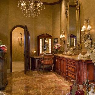 Foto de cuarto de baño clásico con armarios con paneles con relieve, puertas de armario de madera oscura y baldosas y/o azulejos beige