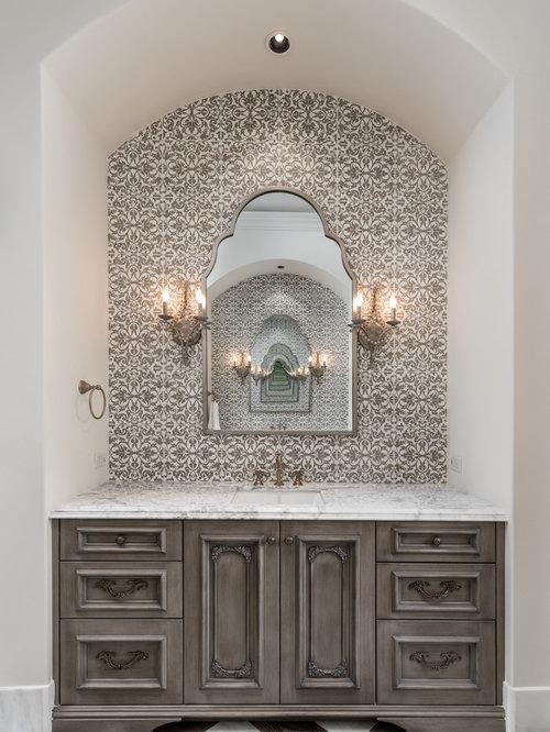 Geräumiges Mediterranes Badezimmer En Suite Mit  Marmor Waschbecken/Waschtisch, Schrankfronten Mit Vertiefter Füllung