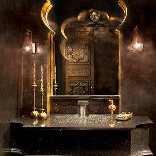 Modelo de cuarto de baño mediterráneo con lavabo integrado, puertas de armario negras y paredes marrones