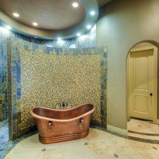 Modelo de cuarto de baño principal, costero, grande, con armarios con paneles lisos, puertas de armario con efecto envejecido, bañera exenta, ducha esquinera, baldosas y/o azulejos azules, baldosas y/o azulejos verdes, baldosas y/o azulejos naranja, baldosas y/o azulejos en mosaico, paredes beige y suelo de baldosas de porcelana