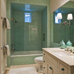 Esempio di una stanza da bagno design con vasca ad alcova, vasca/doccia, piastrelle verdi e piastrelle di vetro