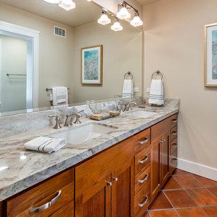 サンフランシスコの地中海スタイルのおしゃれな子供用バスルーム (アンダーカウンター洗面器、フラットパネル扉のキャビネット、中間色木目調キャビネット、珪岩の洗面台、アルコーブ型シャワー、緑のタイル、サブウェイタイル、ベージュの壁、テラコッタタイルの床) の写真