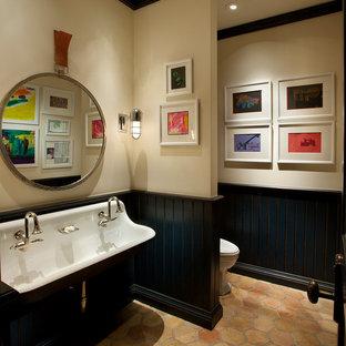 Foto di una piccola stanza da bagno con doccia mediterranea con lavabo rettangolare, WC monopezzo, pareti beige e pavimento in terracotta