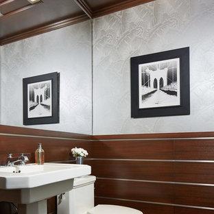 Idée de décoration pour une salle de bain méditerranéenne avec un mur gris et un lavabo de ferme.