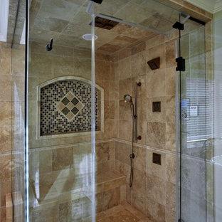 Idée de décoration pour une grande salle de bain principale méditerranéenne avec une douche d'angle, un carrelage beige, un carrelage de pierre, un mur beige et un sol en marbre.
