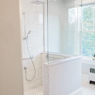 Esempio di una grande stanza da bagno con doccia chic con ante in stile shaker, ante grigie, doccia ad angolo, piastrelle bianche, piastrelle di marmo, pareti beige, pavimento con piastrelle a mosaico, lavabo sottopiano, top in marmo, pavimento multicolore e doccia aperta