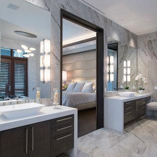 Inspiration för ett funkis en-suite badrum, med släta luckor, skåp i mörkt trä, grå kakel, ett fristående handfat och grått golv