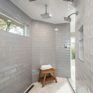 ダラスの大きいトランジショナルスタイルのおしゃれなマスターバスルーム (淡色木目調キャビネット、オープン型シャワー、グレーのタイル、セメントタイル、グレーの壁、珪岩の洗面台、オープンシャワー、モザイクタイル) の写真