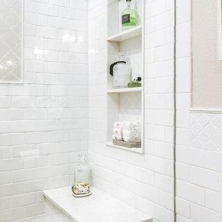 Idee per una stanza da bagno con doccia tradizionale di medie dimensioni con ante in stile shaker, ante verdi, doccia aperta, WC monopezzo, piastrelle beige, piastrelle in ceramica, pareti beige, pavimento in gres porcellanato, lavabo sottopiano, top in quarzo composito, pavimento beige e porta doccia a battente