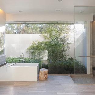 Inspiration pour une grand salle de bain principale minimaliste avec une vasque, une baignoire indépendante, une douche ouverte et aucune cabine.