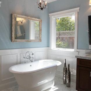 Ispirazione per una stanza da bagno tradizionale con vasca freestanding
