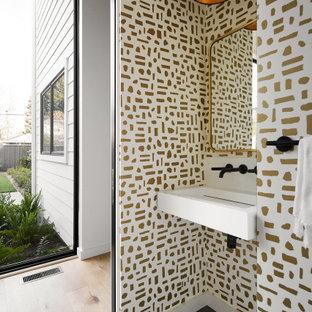 Ejemplo de cuarto de baño con ducha y papel pintado, minimalista, pequeño, con puertas de armario blancas, sanitario de una pieza, baldosas y/o azulejos blancos, paredes blancas, suelo de baldosas de porcelana, lavabo suspendido, suelo gris, encimeras blancas y papel pintado