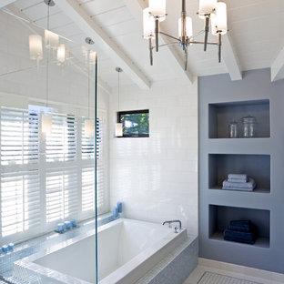 Modelo de cuarto de baño principal, moderno, grande, con baldosas y/o azulejos en mosaico, bañera encastrada, baldosas y/o azulejos azules, armarios abiertos, puertas de armario azules, ducha esquinera y lavabo encastrado