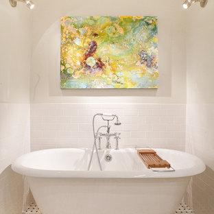 Ispirazione per una stanza da bagno con doccia minimalista di medie dimensioni con piastrelle diamantate, ante lisce, ante bianche, vasca freestanding, WC a due pezzi, piastrelle bianche, pareti bianche, pavimento in marmo, lavabo sottopiano, top in marmo e pavimento multicolore