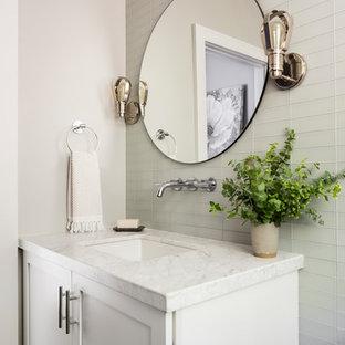 Immagine di una stanza da bagno country di medie dimensioni con ante in stile shaker, ante bianche, piastrelle grigie, piastrelle di vetro, pareti grigie, lavabo sottopiano, top bianco e top in marmo