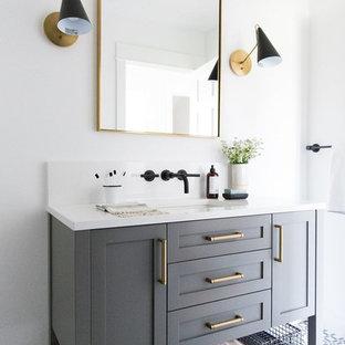 Idéer för mellanstora vintage vitt badrum för barn, med grå skåp, vita väggar, klinkergolv i keramik, ett undermonterad handfat, skåp i shakerstil och flerfärgat golv