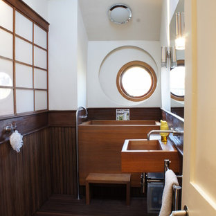 Idéer för ett eklektiskt badrum, med ett väggmonterat handfat, ett japanskt badkar, en öppen dusch, vita väggar, mellanmörkt trägolv och med dusch som är öppen