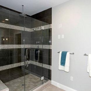 Immagine di una stanza da bagno padronale classica di medie dimensioni con WC monopezzo, pareti grigie, doccia alcova e pavimento in vinile