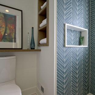 Foto di una piccola stanza da bagno padronale classica con consolle stile comò, ante grigie, doccia alcova, WC a due pezzi, piastrelle blu, piastrelle di vetro, pareti bianche, pavimento in marmo, lavabo integrato, pavimento bianco e porta doccia scorrevole