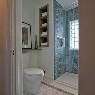 Immagine di una piccola stanza da bagno padronale tradizionale con consolle stile comò, ante grigie, doccia alcova, WC a due pezzi, piastrelle blu, piastrelle di vetro, pareti bianche, pavimento in marmo, lavabo integrato, pavimento bianco e porta doccia scorrevole