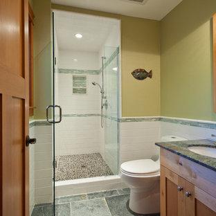 Klassisches Badezimmer mit Schrankfronten im Shaker-Stil, beigen Schränken, Duschnische, weißen Fliesen, Keramikfliesen, Unterbauwaschbecken, Granit-Waschbecken/Waschtisch, grauem Boden, Falttür-Duschabtrennung, grüner Waschtischplatte, grüner Wandfarbe und Schieferboden in Vancouver