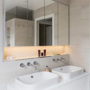 Idee per una piccola stanza da bagno per bambini contemporanea con ante lisce, ante bianche, piastrelle beige, piastrelle di cemento, pareti beige, pavimento in cementine, top in quarzite, pavimento beige e lavabo a bacinella