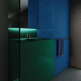 Immagine di una stanza da bagno con doccia minimalista di medie dimensioni con ante lisce, ante verdi, piastrelle grigie, piastrelle a mosaico, pareti grigie, pavimento con piastrelle a mosaico, lavabo integrato, pavimento grigio e top verde