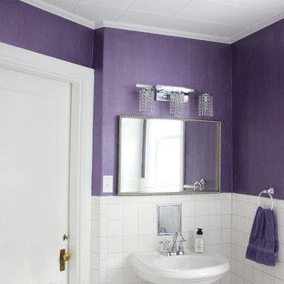 Mittelgroßes Klassisches Badezimmer mit weißen Fliesen, Keramikfliesen, lila Wandfarbe und Sockelwaschbecken in Boston