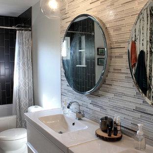 Mittelgroßes Modernes Badezimmer En Suite mit flächenbündigen Schrankfronten, weißen Schränken, Eckbadewanne, Duschbadewanne, Toilette mit Aufsatzspülkasten, weißer Wandfarbe, integriertem Waschbecken, beigefarbenen Fliesen, Stäbchenfliesen, Quarzit-Waschtisch und Duschvorhang-Duschabtrennung in Sonstige