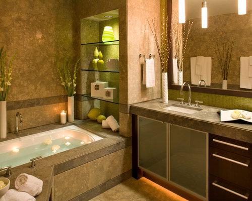 Salle de bain contemporaine avec un placard porte vitr e for Baignoire avec porte vitree
