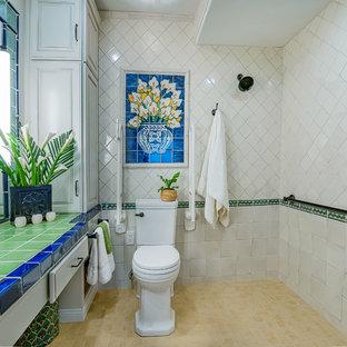 Foto di una piccola stanza da bagno padronale chic con ante con bugna sagomata, ante bianche, doccia a filo pavimento, WC a due pezzi, piastrelle verdi, piastrelle in terracotta, pareti bianche, pavimento in gres porcellanato, lavabo sottopiano e top piastrellato