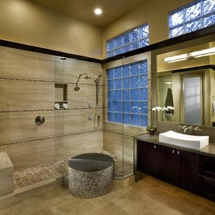 Imagen de cuarto de baño minimalista con lavabo sobreencimera