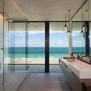 Esempio di una stanza da bagno padronale design di medie dimensioni con ante lisce, pareti beige, lavabo da incasso, top in legno, doccia aperta, top marrone, ante in legno bruno, doccia doppia e pavimento grigio