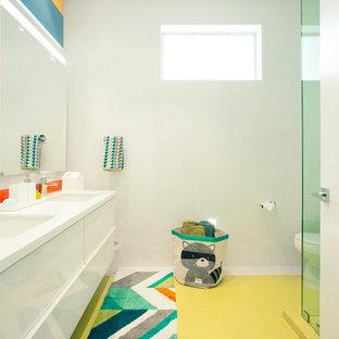 Foto di una stanza da bagno per bambini design con lavabo sottopiano, ante bianche, top in quarzite, doccia ad angolo, WC monopezzo, piastrelle in gres porcellanato, pareti bianche e pavimento in gres porcellanato