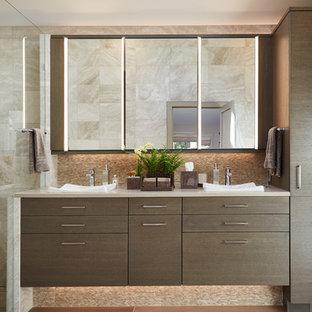 Foto de cuarto de baño principal, actual, de tamaño medio, con armarios con paneles lisos, puertas de armario marrones, baldosas y/o azulejos beige, baldosas y/o azulejos blancos, suelo vinílico, lavabo sobreencimera y encimera de acrílico