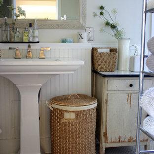 Immagine di una stanza da bagno country con lavabo a colonna